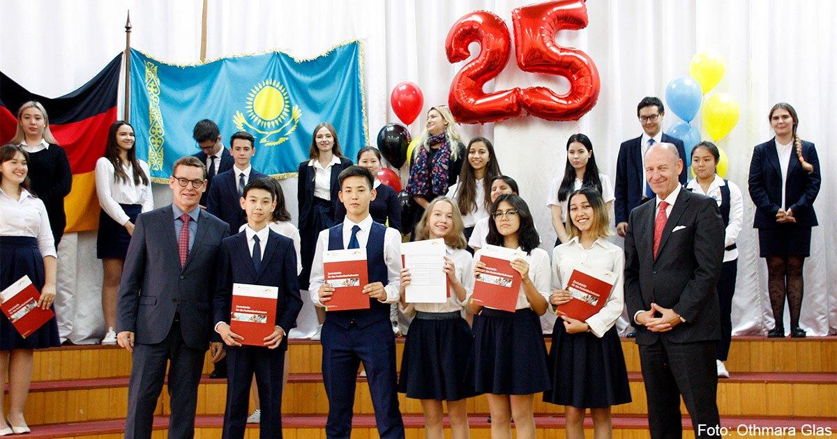 DSD-Diplomanden am Gymnasium Nr. 18 mit ZfA-Fachberater Mario Schönfeld (links) und dem deutschen Generalkonsul in Almaty, Jörn Rosenberg (rechts)