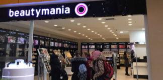 """Eine Gruppe von Frauen vor der Parfürmerie """"Beautymania""""."""