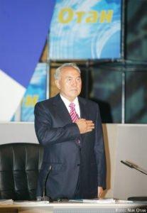 Nursultan Nasarbajew bei der Parteigründung 1999.