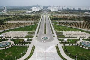 Breite Straßen, grüne Parks, marmorne Gebäude: Blick auf Aschgabat.