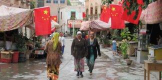 In Kaschgar, Xinjiang, muss an jedem Gebäude entlang der Areja-Straße eine chinesische Flagge hängen.