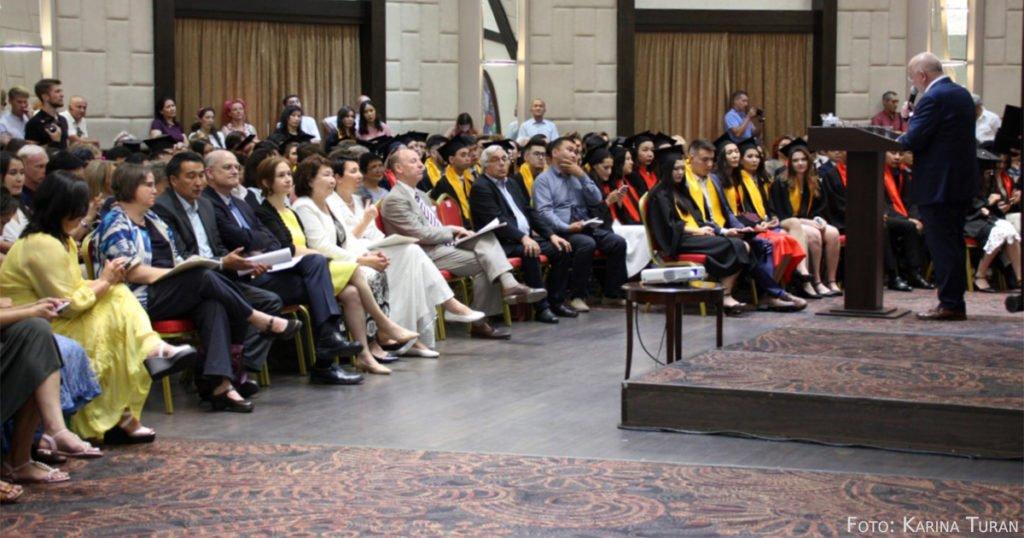 Von Diplomaten bis Wirtschaftsvertreter: Zur Diplomübergabe der DKU waren viele Ehrengäste eingeladen.