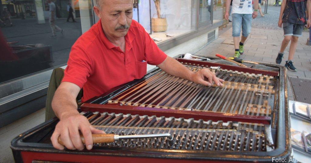 80 Kilo wiegt Ionel Zidarus Instrument: das Cimbalom.