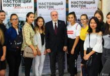 Peter Enders (Mitte) am Tag der Ausstellungseröffnung im September mit Studentinnen.