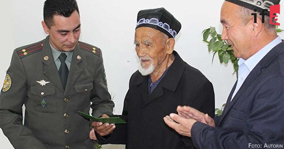 Ein usbekischer Veterane wird gewürdigt.