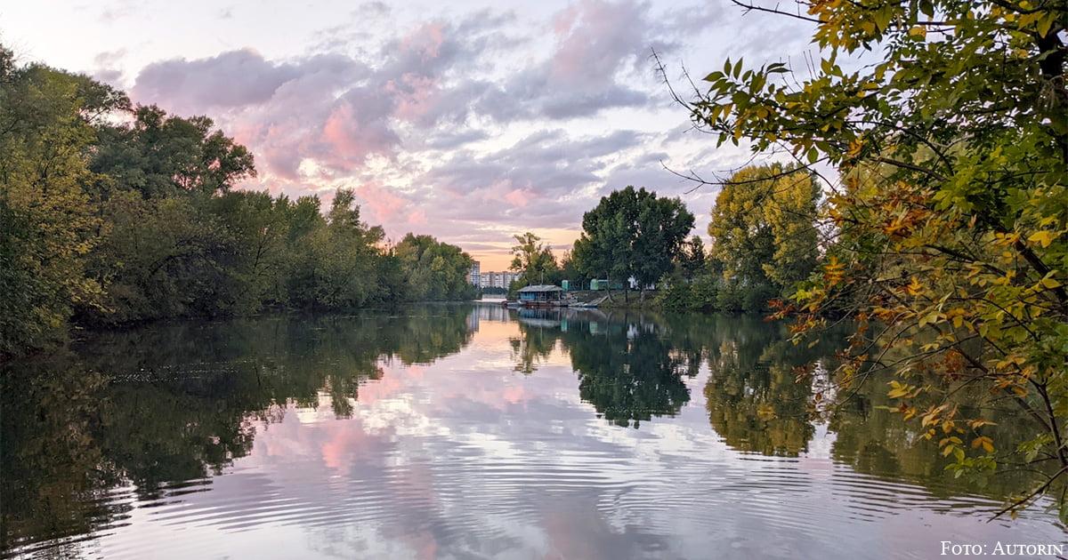 In Ust-Kamenogorsk geht es etwas grüner zu: Sonnenuntergang am Fluss Irtysch.